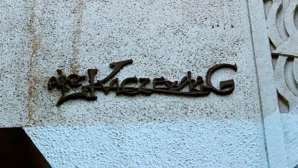 Rúbrica de Luciano Kulczewski, edificio calle Merced. Fotografía de Gonzalo  Gárate